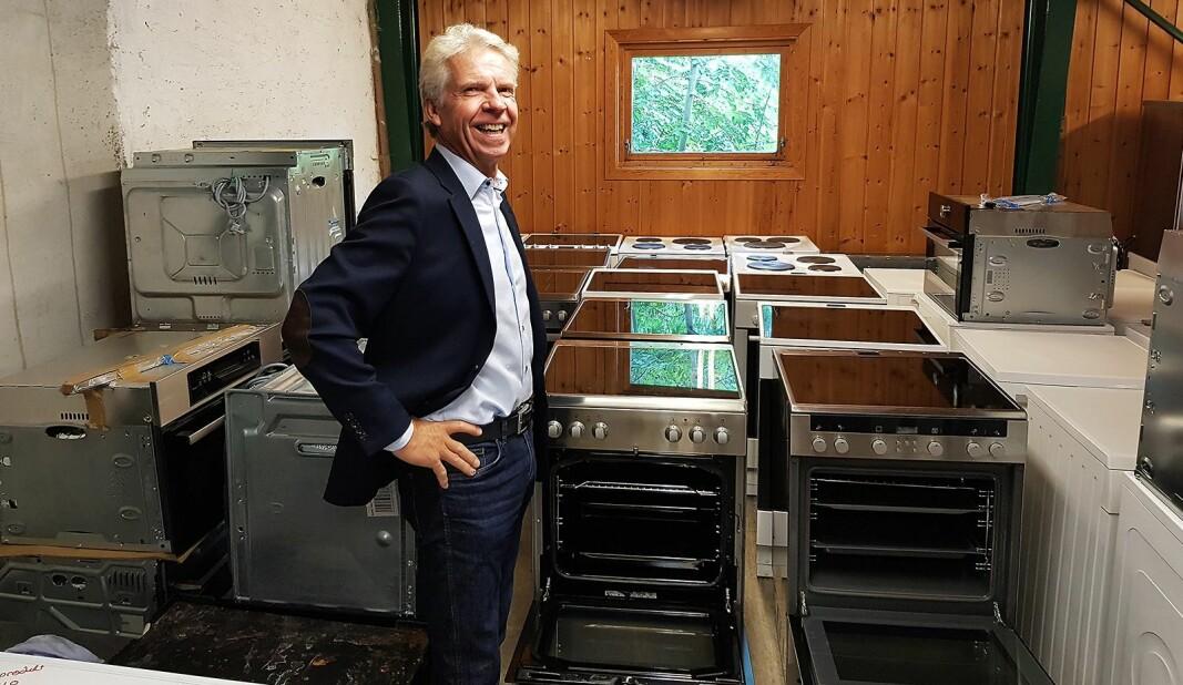 Daglig leder Pål Haugen i OmBrukt AS, foran ombrukskomfyrer fra Norsk Ombruk AS. Foto: Jan Røsholm.
