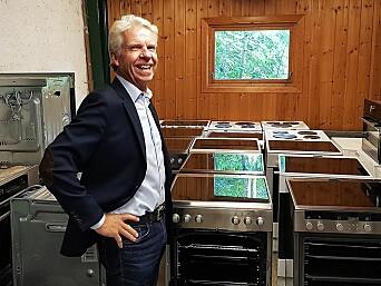 Daglig leder Pål Haugen i OmBrukt AS med ombrukskomfyrer fra Norsk Ombruk AS. Foto: Jan Røsholm